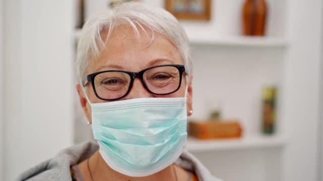 vídeos y material grabado en eventos de stock de retrato de una mujer de la tercera edad con máscara protectora - ubicaciones geográficas