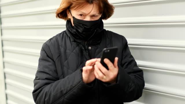 vídeos y material grabado en eventos de stock de retrato de mujer mayor con máscara - protección