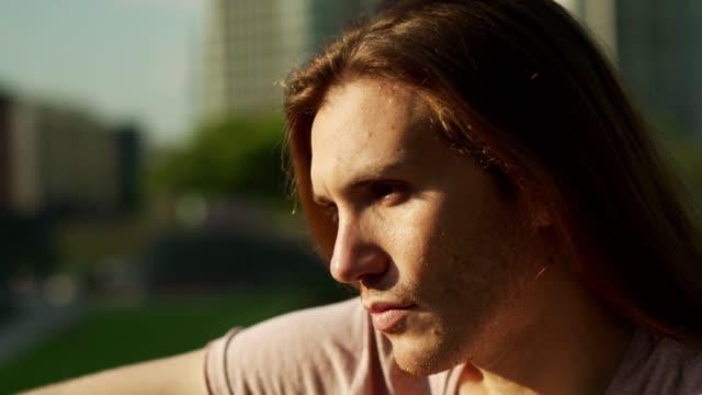 vídeos de stock e filmes b-roll de portrait of serious young man - porto madero