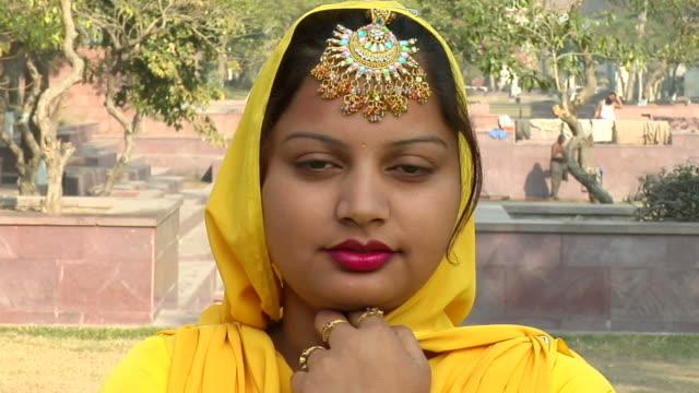 vídeos de stock, filmes e b-roll de cu, zi, portrait of sikh woman, amritsar, punjab, india - véu