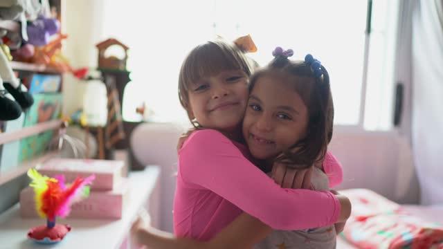 porträtt av systrar tillsammans hemma - 6 7 år bildbanksvideor och videomaterial från bakom kulisserna