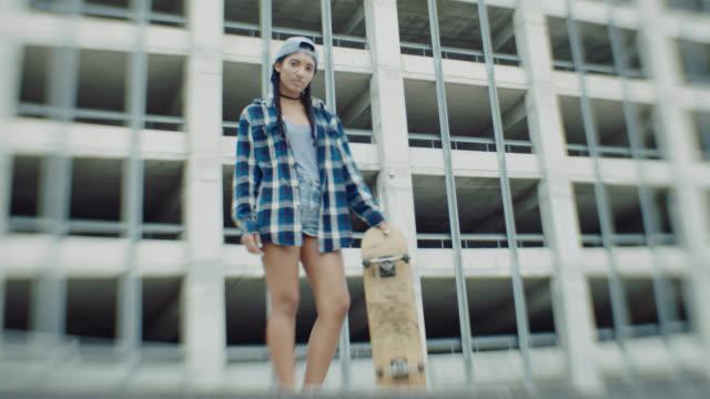 vídeos y material grabado en eventos de stock de ws. portrait of skater girl standing with skateboard in urban skatepark. - generación z