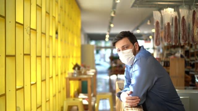 vídeos y material grabado en eventos de stock de retrato del dueño del hombre de negocios pequeño con máscara facial - mercado espacio de comercio