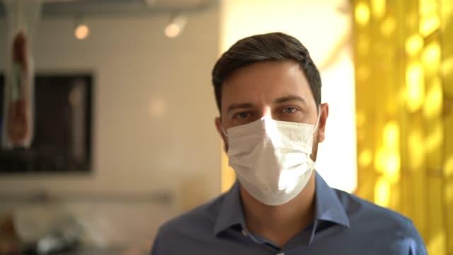 vídeos de stock, filmes e b-roll de retrato do dono de pequeno empresário com máscara facial - máscara de proteção