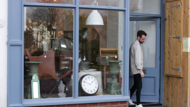 stockvideo's en b-roll-footage met portrait of small business owner outside store - gevel