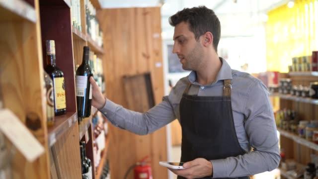 vidéos et rushes de verticale du propriétaire de petite entreprise utilisant le téléphone mobile à son magasin - achats en ligne