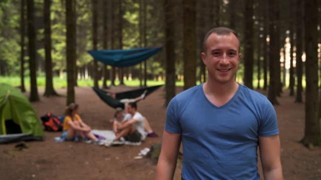 vídeos de stock e filmes b-roll de portrait of smiling adult man in nature - 20 24 anos