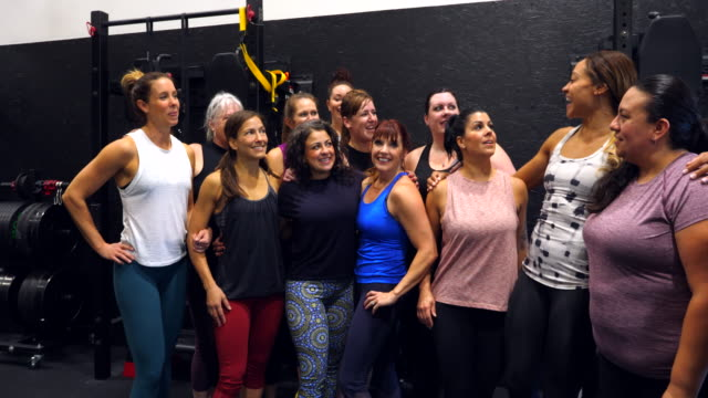 vídeos y material grabado en eventos de stock de ms portrait of smiling and laughing womens fitness class after workout in gym - 40 49 años