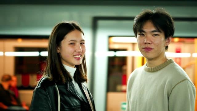 vídeos de stock, filmes e b-roll de retrato de pares asiáticos de sorriso - vista frontal