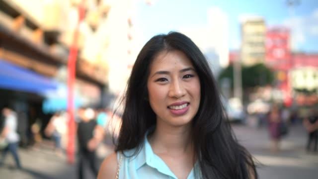 微笑的亞洲女人的肖像 - 自由 - liberdade 個影片檔及 b 捲影像