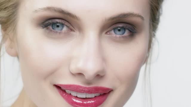 porträt von lächelnden attraktive frau mit make-up - glamour stock-videos und b-roll-filmmaterial