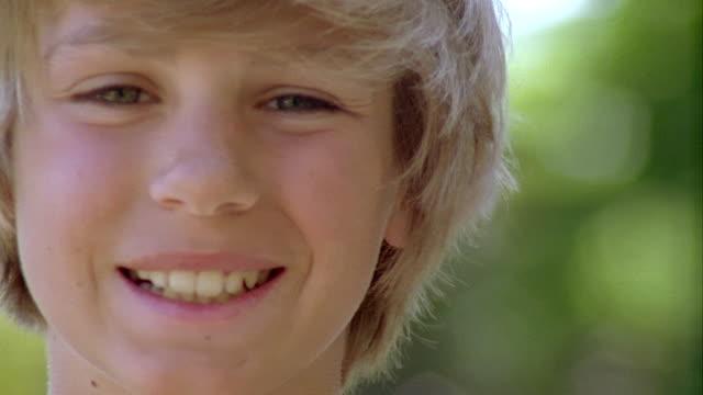 ecu, pan, portrait of smiling boy (12-13), saint ferme, gironde, france - 12 13 år bildbanksvideor och videomaterial från bakom kulisserna