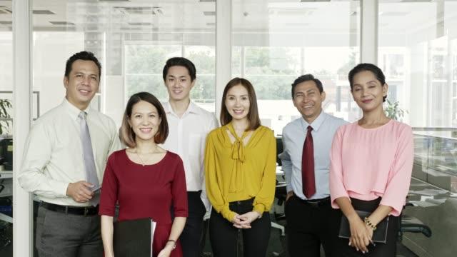 オフィスで笑顔のビジネスチームの肖像 - 職場点の映像素材/bロール