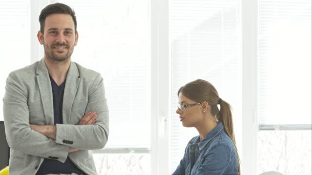 Ritratto di uomo d'affari sorridente in ufficio