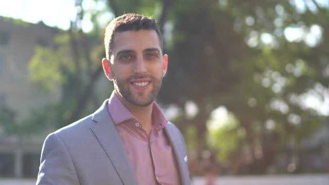カメラを見て笑顔のビジネスマンの肖像 - パルド人点の映像素材/bロール