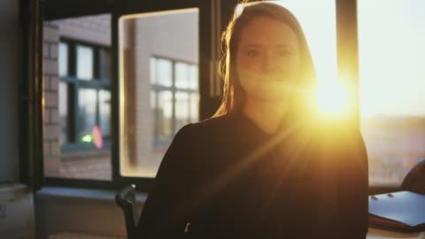 vídeos y material grabado en eventos de stock de portrait of smiling businesswoman in office. - escritorio