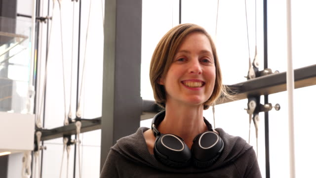 vídeos de stock, filmes e b-roll de ms portrait of smiling businesswoman in office - só uma mulher de idade mediana