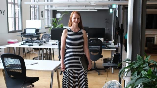 porträt lächelnder geschäftsfrau mit laptop - 30 34 jahre stock-videos und b-roll-filmmaterial