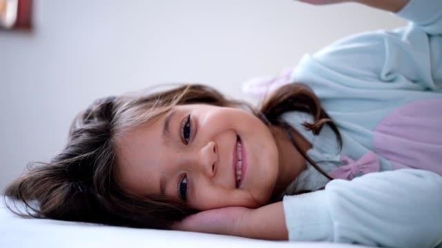 porträt von lächelndes mädchen - schlafanzug stock-videos und b-roll-filmmaterial