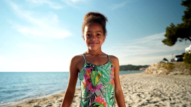 portrait of smiling girl - innocenza video stock e b–roll