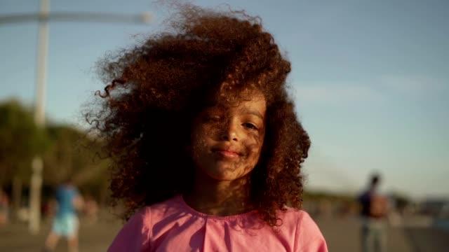 vídeos de stock, filmes e b-roll de retrato da menina de sorriso - câmera seguindo movimento
