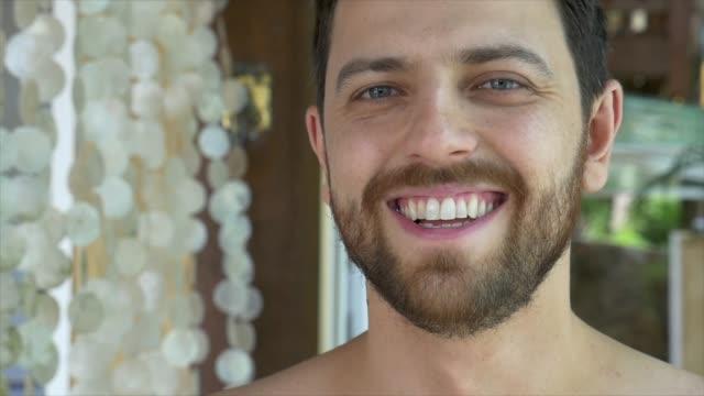 vídeos de stock, filmes e b-roll de retrato de homem bonito sorridente - olhos azuis