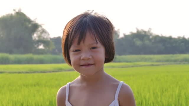 微笑む少女の肖像画 - 不完全な美しさ点の映像素材/bロール