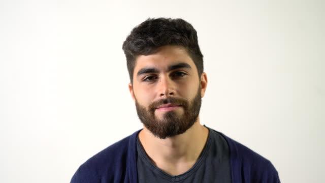 vídeos de stock e filmes b-roll de portrait of smiling man against white background - retrato formal