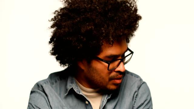 vídeos de stock e filmes b-roll de portrait of smiling man against white background - óculos