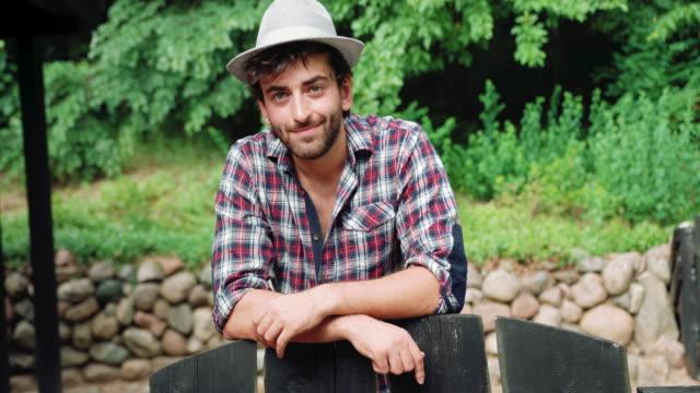 vídeos y material grabado en eventos de stock de retrato de sonriente hombre en jardín - barba de tres días
