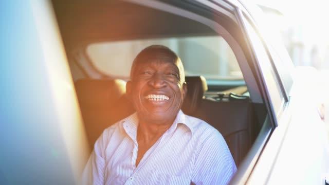 vídeos de stock, filmes e b-roll de retrato do homem de sorriso no carro - sentando