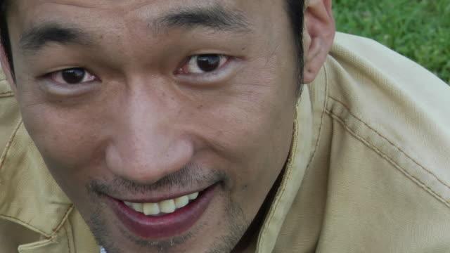 vídeos y material grabado en eventos de stock de ecu, ha, portrait of smiling man outdoors, los angeles, california, usa - barba de tres días