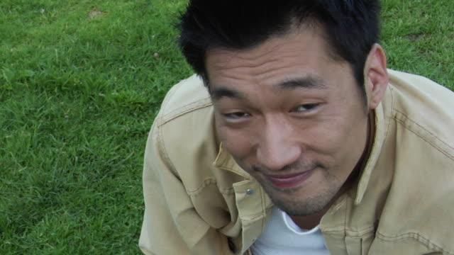 vídeos y material grabado en eventos de stock de cu, ha, pan, portrait of smiling man outdoors, los angeles, california, usa - barba de tres días