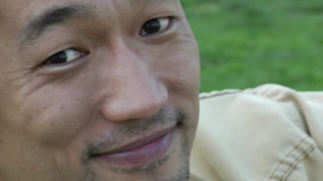 vídeos y material grabado en eventos de stock de ecu, portrait of smiling man outdoors, los angeles, california, usa - barba de tres días