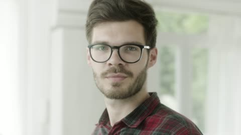 stockvideo's en b-roll-footage met portret van glimlachende man draaien - bril brillen en lenzen