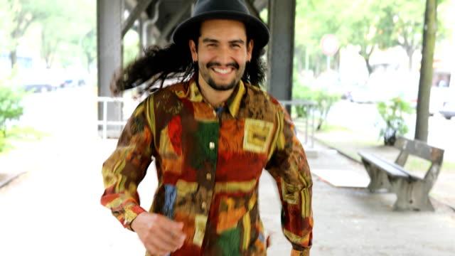 Porträt von lächelnden Mann zu Fuß auf Wanderweg