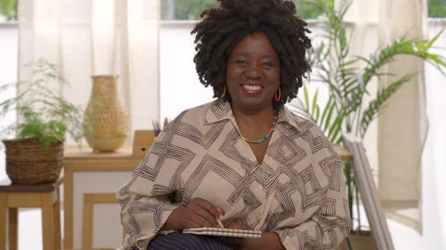 stockvideo's en b-roll-footage met portrait of smiling mature businesswoman - schizofrenie