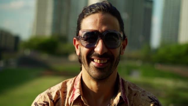 vídeos de stock e filmes b-roll de portrait of smiling mature man - porto madero