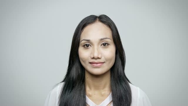 porträtt av leende mid vuxen affärs kvinna - endast en kvinna i 30 årsåldern bildbanksvideor och videomaterial från bakom kulisserna