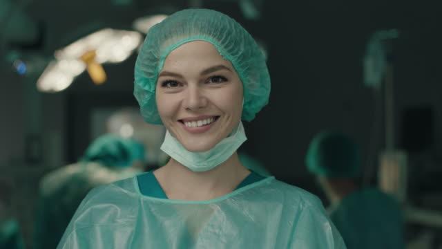 vídeos de stock e filmes b-roll de portrait of smiling nurse in operating room - equipamento cirúrgico