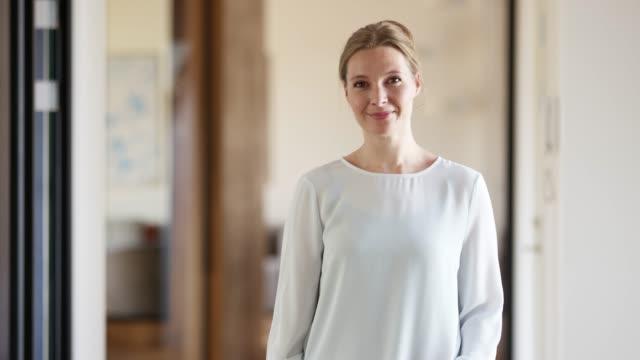 vídeos y material grabado en eventos de stock de retrato de profesional sonriente en la oficina - oresund escandinavia