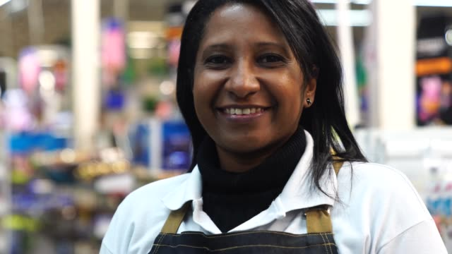 vidéos et rushes de portrait d'une vendeuse souriante d'un supermarché - s'impliquer à fond