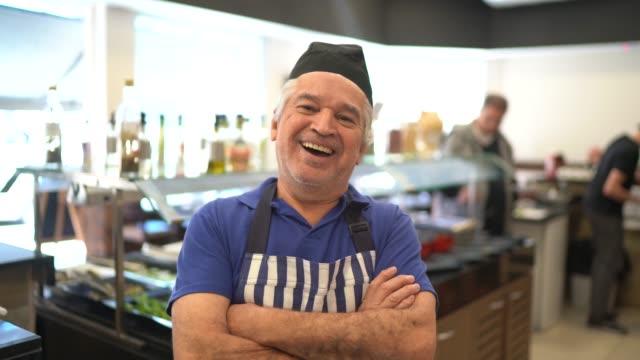 vídeos y material grabado en eventos de stock de retrato de un hombre mayor sonriente y propietario del restaurante - de origen español o portugués