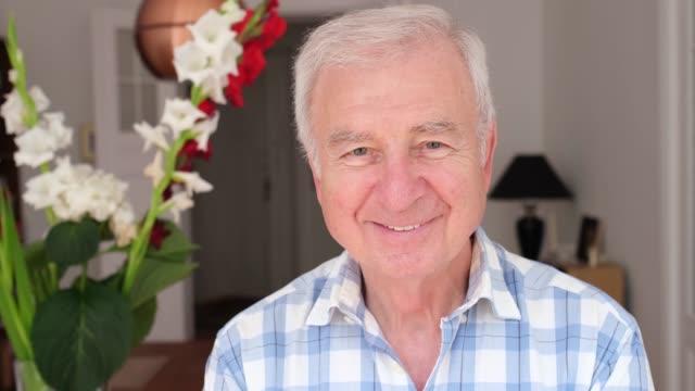 vidéos et rushes de verticale d'homme aîné de sourire restant à la maison - jeune d'esprit