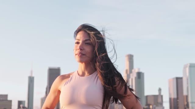 porträt lächelnder sportlerin auf der terrasse - langes haar stock-videos und b-roll-filmmaterial