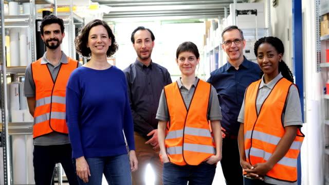 porträt des lächelnden teams im verteilerlager - distribution warehouse stock-videos und b-roll-filmmaterial