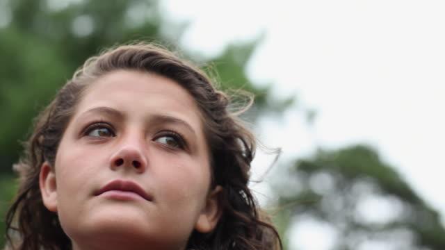 vídeos de stock e filmes b-roll de cu la portrait of smiling teenage girl (14-15) / cazenovia, new york, usa - só uma menina adolescente