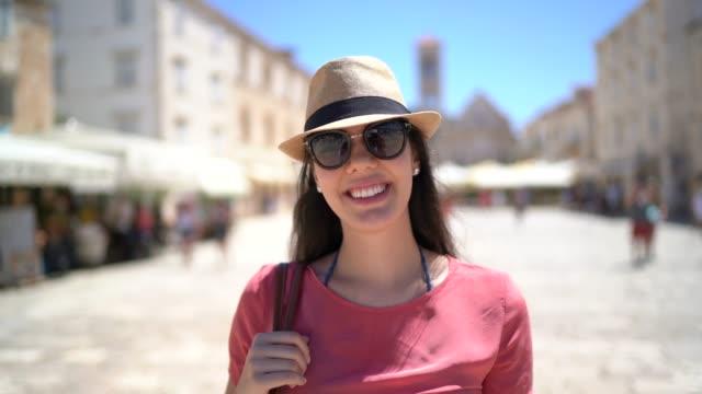 vídeos de stock, filmes e b-roll de retrato do turista de sorriso na cidade de hvar, croatia - brasileiro pardo