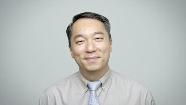 vidéos et rushes de portrait d'homme d'affaires bien habillé souriant - objet ou sujet détouré