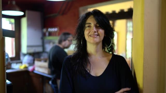 stockvideo's en b-roll-footage met portret van lachende vrouw in keuken huis - argentijnse etniciteit